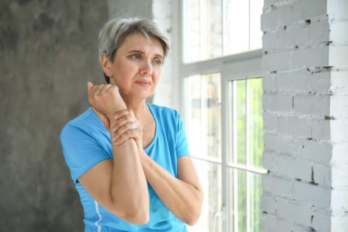 starší dáma se drží za bolavý zápěstí