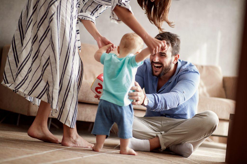 radosť mladej rodinky z chodiaceho dieťatka