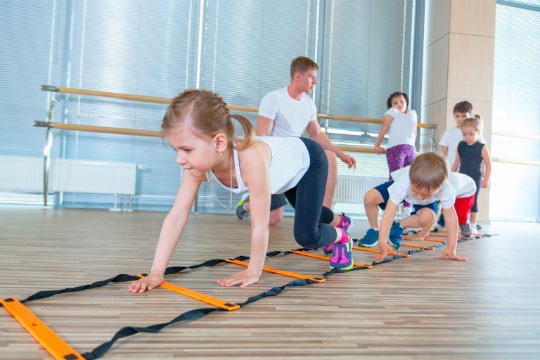 cvičící děti. dětská revma