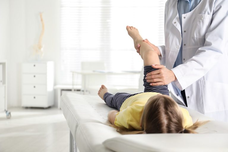 procvičování dolní končetiny s dítětem s revmou
